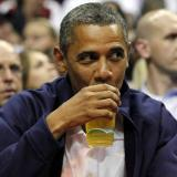 Барак Обама пие бира