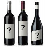 бутилки с въпросителни на етикета