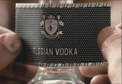 Етикета на водка Белуга се поставя ръчно