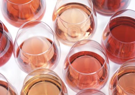 чаши с вино розе