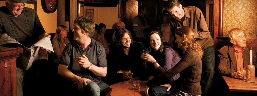 централна визия хора пият уиски тъламор дю