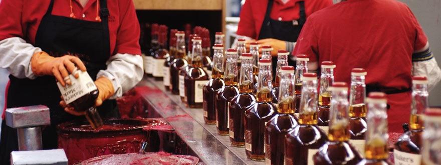 Потапяне на бутилките на Мейкърс Марк във восък