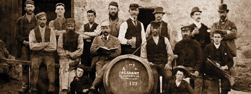 Стара снимка на работници в дестилерията Гленфарклас