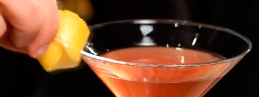 Натъркване на лимонов туист по ръба на чашата