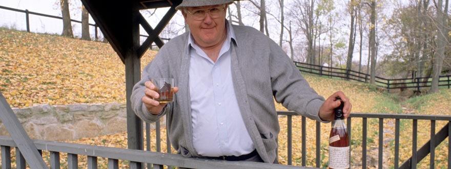 Букър Ноу с чаша от любимия си Букърс