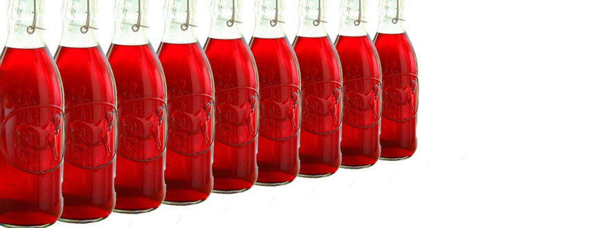Червени ликьори в бутилки